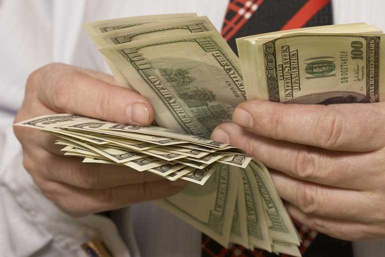 Если население перестанет продавать валюту в значительных объемах, что вскоре, по-видимому, произойдет, у банков могут возникнуть проблемы с валютой. Что в этом случае будет предпринимать Нацбанк, трудно предсказать. (photo: )