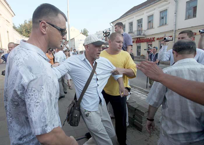Разгон 'молчаливой' акции протеста на Октябрьской площади, г. Минск, 20 июля 2011 года. Photo.ByMedia.Net