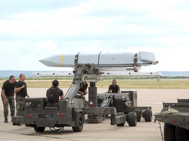 В 2014 году ВВС США объявили о принятии на вооружение новой крылатой ракеты класса воздух-земля — AGM-158B JASSM-ER (Joint Air-to-Surface Standoff Missile – Extended Range) с увеличенной дальностью полета. Фото www.defenseindustrydaily.com