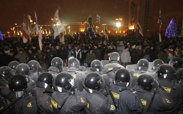 Массовая акция протеста, состоявшаяся вечером 19 декабря в Минске, была разогнана силовиками и стала поводом для возбуждения уголовного дела о «массовых беспорядках».