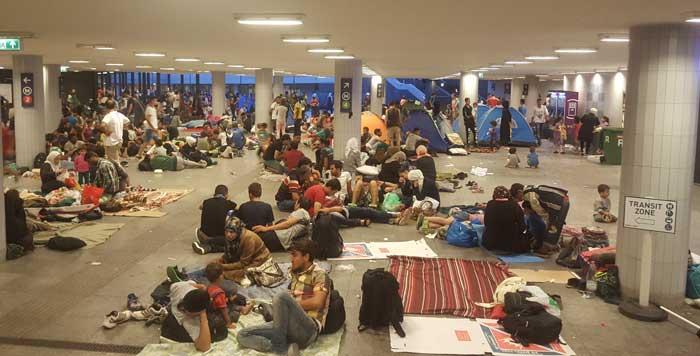 Беженцы расположились теперь не на самом вокзале, а в подземном переходе, ведущем в метро.