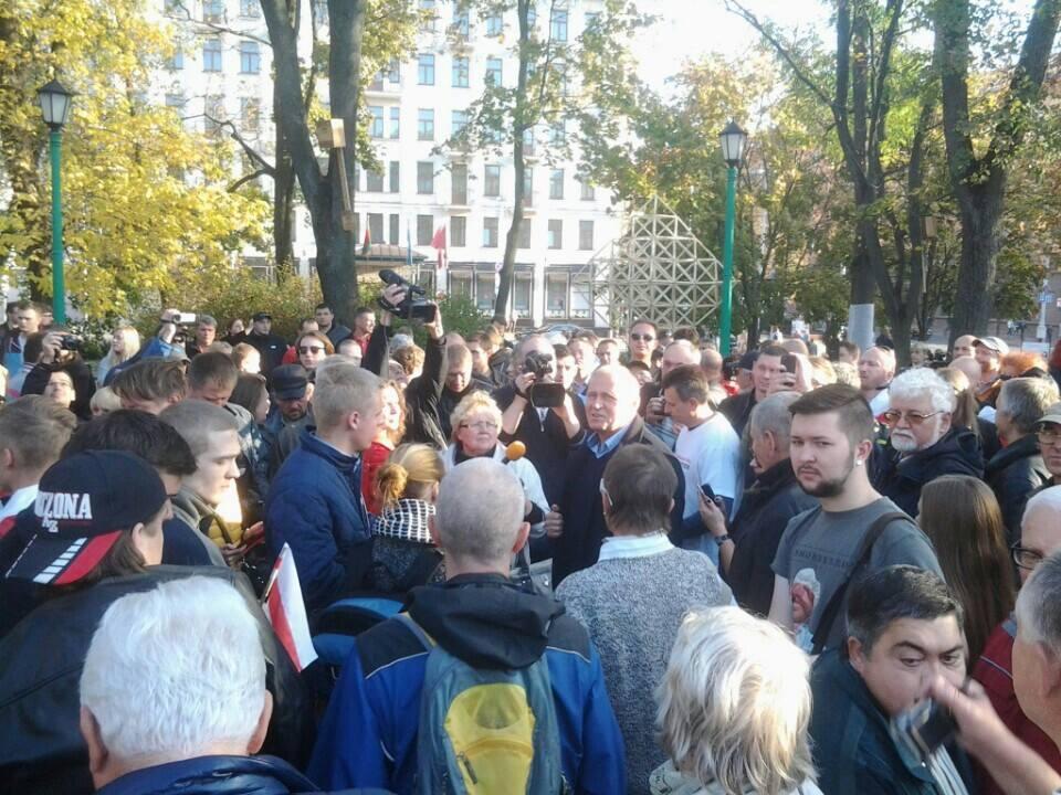 Николай Статкевич оказался в центре внимания на площади Свободы. Фото Павлюка Быковского