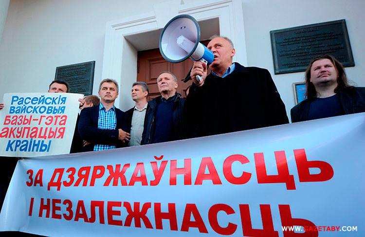 Выступает бывший политзаключенный Николай Статкевич. Фото газеты «Салідарнасць»