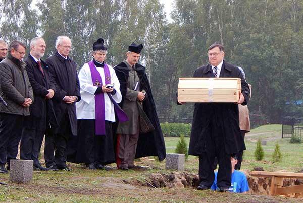 26 сентября в районом центре Береза (Брестская область) состоялась поминальная церемония с участием представителей Германии, Венгрии и местных властей, которые почтили память жертв Второй мировой войны, упокоенных на этом месте в братской могиле немецких