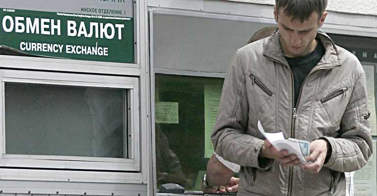 Как ни крути, а пока что альтернативы приобретению валюты в целях сохранения сбережений у жителей Беларуси нет. Photo.ByMedia.Net