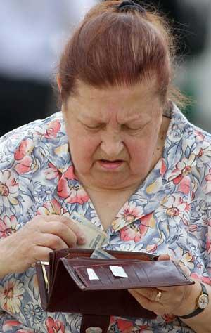 Можно сказать, что пенсионеры и трудящиеся по своему материальному достатку примерно равны и бедны.  Photo.ByMedia.Net