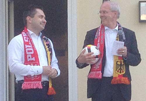 Перед матчем главы дипломатических миссий — Конрад Павлик (слева) и Петер Деттмар — сделали свои прогнозы, «поставив» на ничью.