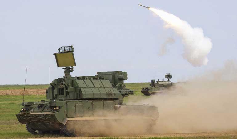 Стрельбы из боевой машины 9А331МУ на гусеничном шасси из состава зенитного ракетного комплекса малой дальности «Тор-М2У»