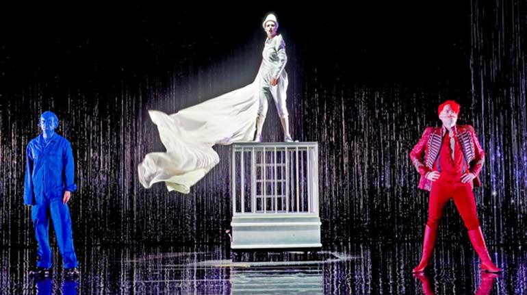 Спектакль поставлен по пьесе Хайнера Мюллера, которую он написал по мотивам повести «Свет на виселице» Анны Зегерс.  Фото Katrin Ribbe