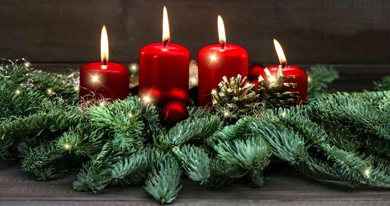 Один из символов Адвента — венок из еловых веток, в который вплетены четыре свечи.