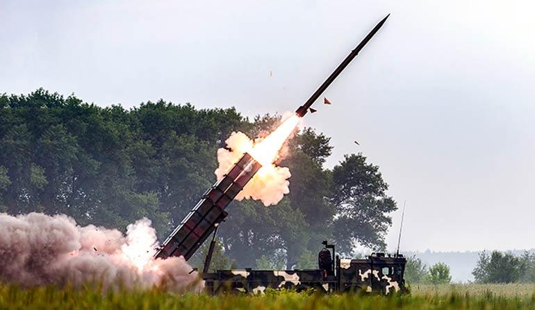 Ракеты одной боевой машины РСЗО «Полонез» способны наносить точные удары по восьми целям одновременно, отклонение от заданных координат на максимальной дистанции не превышает 30 м.  Фото vpk.gov.by